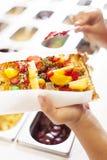 Waffle com fruto e doces. Fotos de Stock