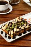 Waffle com gelado e café Imagens de Stock