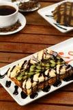 Waffle com gelado e café Foto de Stock Royalty Free