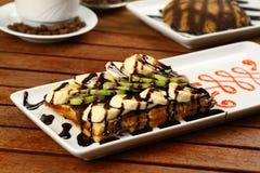 Waffle com gelado e café Imagem de Stock Royalty Free