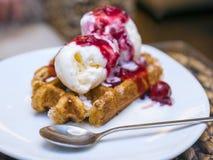 Waffle com gelado e cereja Foto de Stock
