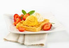 Waffle com gelado e morangos Foto de Stock Royalty Free