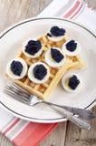 Waffle cozido fresco com fatias do ovo Imagem de Stock