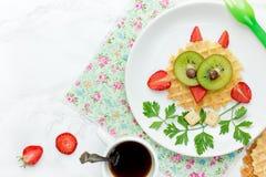 Waffle da coruja - ideia saudável engraçada do petisco da sobremesa do café da manhã para crianças Imagem de Stock Royalty Free