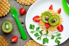 Waffle da coruja - ideia saudável engraçada do petisco da sobremesa do café da manhã para crianças Fotos de Stock Royalty Free