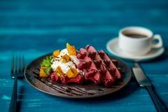 Waffle de Liege com creme e fruto Fotografia de Stock