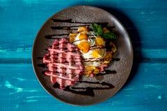 Waffle de Liege com creme e fruto Foto de Stock Royalty Free