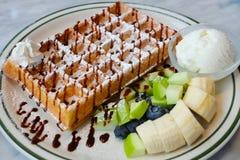 Waffle e gelado Fotos de Stock Royalty Free