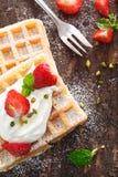 Waffle e morangos com creme Fotografia de Stock Royalty Free