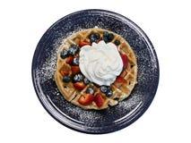Waffle Fruta-coberto na placa de jantar do azul de cobalto Fotografia de Stock
