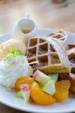 Waffle misturado do fruto com gelado e mel fotos de stock royalty free