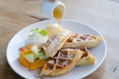Waffle misturado do fruto com gelado e mel foto de stock
