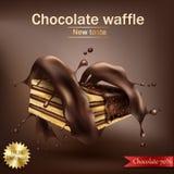 Waffle mit der Schokoladenfüllung, die in Spirale geschmolzener Schokolade eingewickelt wird Stockbild