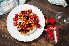 Waffle saudável do café da manhã com xarope da morango e de chocolate na parte superior Imagem de Stock Royalty Free