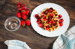 Waffle saudável do café da manhã com xarope da morango e de chocolate na parte superior Imagens de Stock Royalty Free