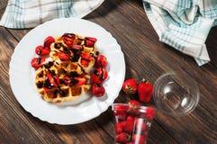 Waffle saudável do café da manhã com xarope da morango e de chocolate na parte superior Imagem de Stock