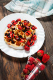 Waffle saudável do café da manhã com xarope da morango e de chocolate na parte superior Imagens de Stock