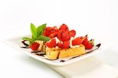 Waffle torrado com morangos e creme Fotos de Stock Royalty Free