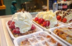 Waffles Бельгии с взбитыми сливк и клубниками стоковые изображения rf