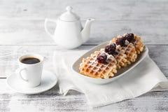 Waffles Брюсселя с ежевиками на белой плите Стоковые Изображения