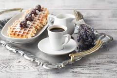 Waffles Брюсселя с ежевиками на белой плите Стоковая Фотография
