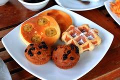 Waffles в белой плите помещенной на таблице стоковая фотография rf