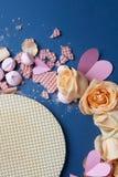 Waffles и розы как украшение предпосылки Стоковое Изображение