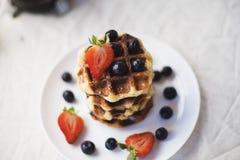 Waffles и ягоды на плите Стоковая Фотография