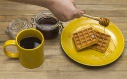 waffles меда руки лить венские на плите Стоковые Фотографии RF