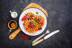 waffles меда ягод свежие Стоковые Фото