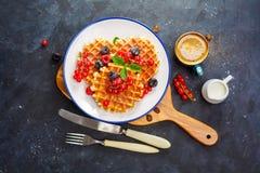 waffles меда ягод свежие Стоковое Изображение