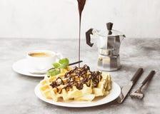 Waffles на белой плите с шоколадом и мятой, кофе, соус-bo Стоковые Фотографии RF