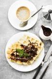 Waffles на белой плите с шоколадом и мятой, кофе, соус-bo Стоковые Изображения