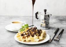 Waffles на белой плите с шоколадом и мятой, кофе, соус-bo Стоковые Изображения RF