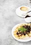 Waffles на белой плите с шоколадом и мятой, кофе, соус-bo Стоковое Изображение RF
