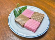 Waffles на белой плите на деревянной предпосылке Стоковые Фото