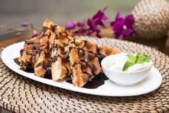Waffles на белой плите на таблице с соусом Стоковые Изображения