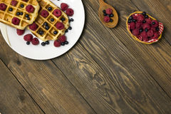 2 waffles на белой плите с взгляд сверху голубик Стоковые Изображения RF