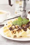 Waffles на белой плите с шоколадом и мятой, кофе, соус-bo Стоковая Фотография RF