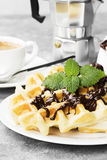 Waffles на белой плите с шоколадом и мятой, кофе Стоковое Фото