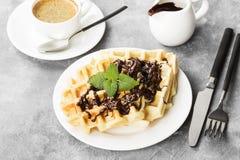 Waffles на белой плите с шоколадом и мятой, кофе Стоковые Фото