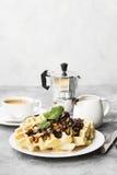 Waffles на белой плите с шоколадом и мятой, кофе Стоковые Изображения RF
