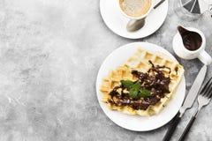 Waffles на белой плите с шоколадом и мятой, кофе Стоковое Изображение RF