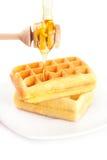 Waffles на плите, ручке для меда и меде изолировали o Стоковые Фото