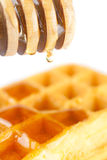 Waffles на плите, ручке для меда и меде изолировали o Стоковое фото RF