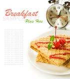 Waffles при отбензинивание и будильник вишни изолированные на белизне Стоковое фото RF