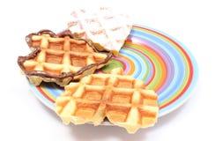 Waffles сердца форменные лежа на красочной плите Белая предпосылка Стоковые Фотографии RF