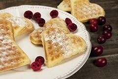 Waffles сердца форменные с полениками Стоковые Изображения RF