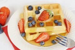 Waffles сиропа клубники голубики взгляда сверху Стоковые Изображения RF