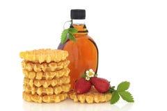 waffles сиропа клубники клена Стоковая Фотография